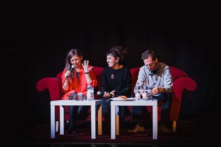 Das Bild zeigt einen Ausschnitt des Gastspiels von Olga Tokarczuk im ZEITMAULtheater Bochum.