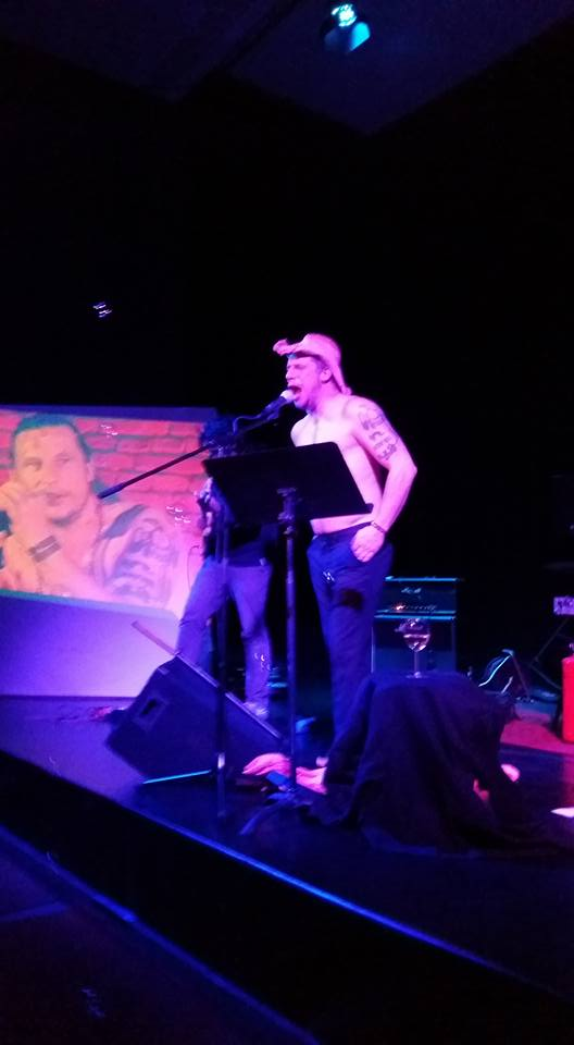 Das Foto zeigt Arne Nobel während eines Auftritts mit WireWagna (ZEITMAUL-Theater, Bochum).