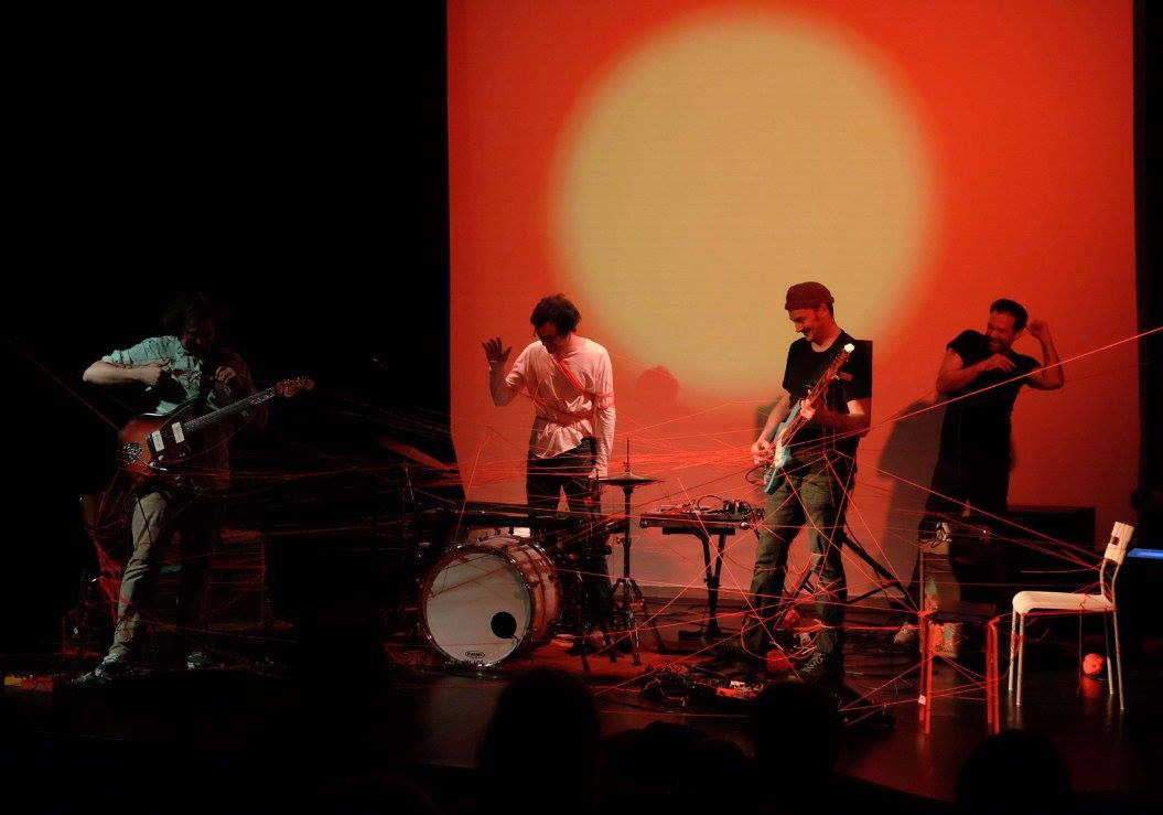 Das Foto zeigt den Künstler Dirk Pleyer während einer Performance mit WireWagna (ZEITMAULtheater, Bochum.