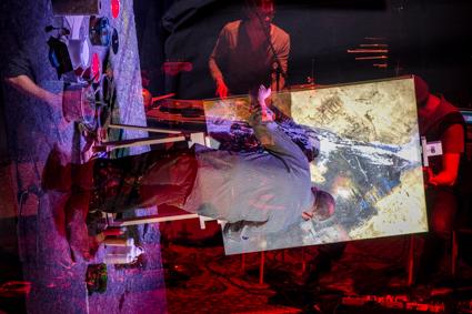 Das Bild zeigt eine Fotografie (C. Lege) zur WireWagna-Veranstaltung mit dem Maler Christoph Lammert im April 2017 (ZEITMAULtheater Bochum).