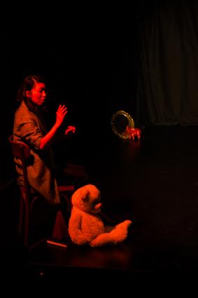 Das Foto (C. Lege) zeigt die Tänzerin Saori Ando während des Auftritts mit WireWagna (ZETIMAULtheater, Bochum.