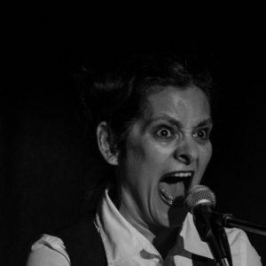 Das Bild zeigt die Schauspielerin Maria Wolf während ihres Auftritts bei WireWagna (ZEITMAULtheater Bochum).