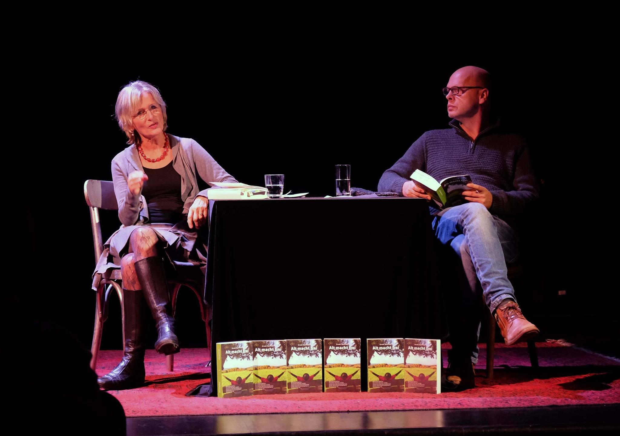 """Das Bild zeigt die Autorin Ursula Sporleder und den Schauspieler Markus Kiefer bei der Lesung """"Alte Menschen, neue Liebe"""" im ZEITMAULtheater Bochum."""