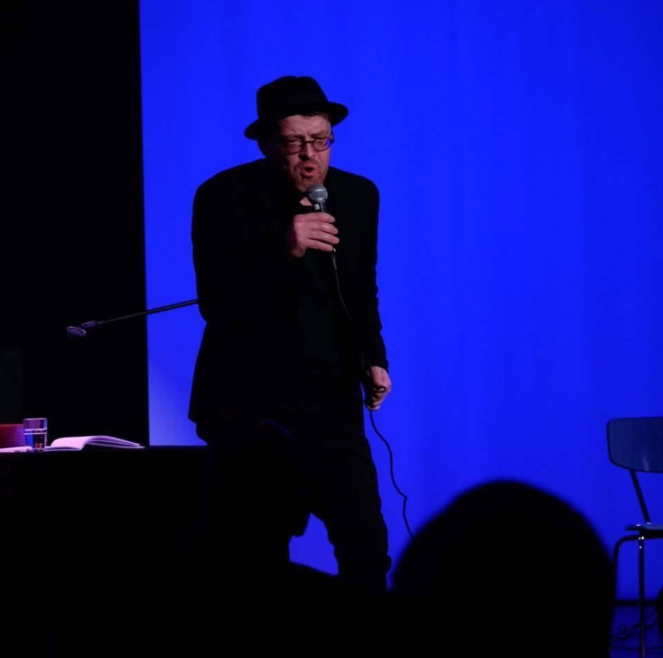 Das Bild zeigt den Autor Ingo Munz bei einer Lesung im ZEITMAULtheater Bochum.