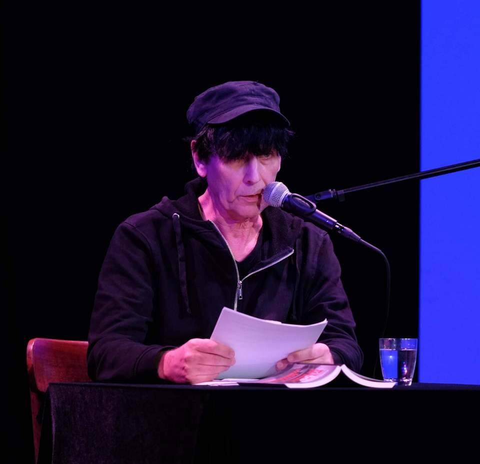 Das Bild zeigt den Autor Klaus Märkert bei einer Lesung im ZEITMAULtheater Bochum.