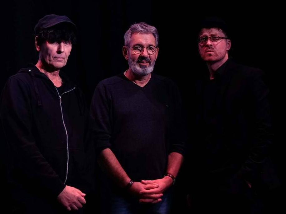 Das Bild zeigt die Autoren Klaus Märkert, Peter Zontkowski und Ingo Munz bei einer gemeinsamen Lesung im ZEITMAULtheater Bochum.