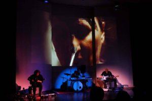 Ausschnitt aus dem Auftritt der Figuren- und Körperspielerin Sara Hasenbrink und dem Kameramann Henning Brod bei WireWagna (ZEITMAULtheater Bochum)