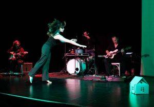 Das Bild zeigt die Tänzerin und Choreografin Laura Delfino bei WireWagna im ZEITMAULtheater Bochum.