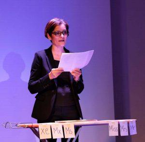 """Szenenbild aus der Aufführung """"Mein Gender und ich"""" mit Maria Wolf und Hella-Birgit Mascus (ZEITMAUL-Theater Bochum)"""