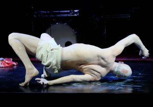 Ausschnitt aus der Performance von Harald Schulte im Rahmen von WireWagna (ZEITMAUL-Theater Bochum)