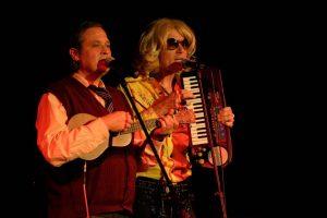 """Szenenfoto aus dem Auftritt von Bert & Roy mit ihrem Programm """"It's slowtime!"""" (ZEITMAUL-Theater Bochum)"""