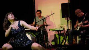Aufnahme vom Auftritt von Pia Alena Wagner bei Wire Wagna (ZEITMAUL-Theater Bochum)