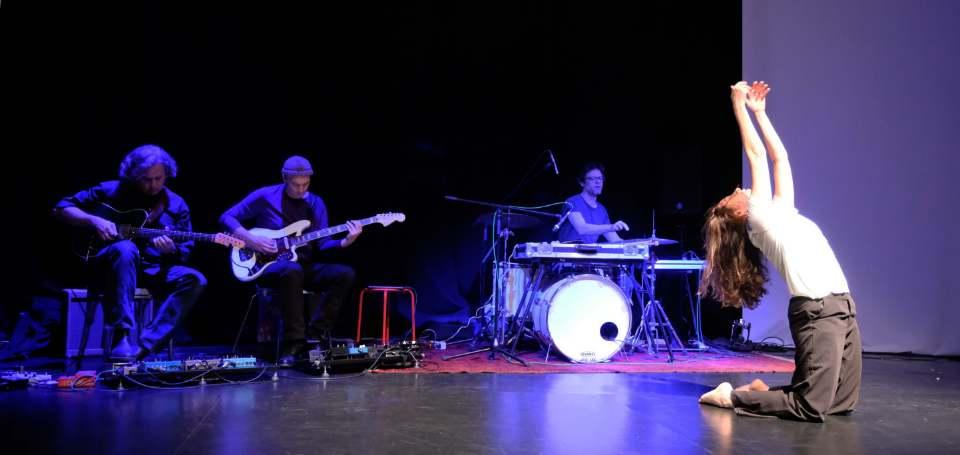 Szenenbild aus dem Auftritt von Laura Delfino mit WireWagna (ZEITMAUL-Theater Bochum)